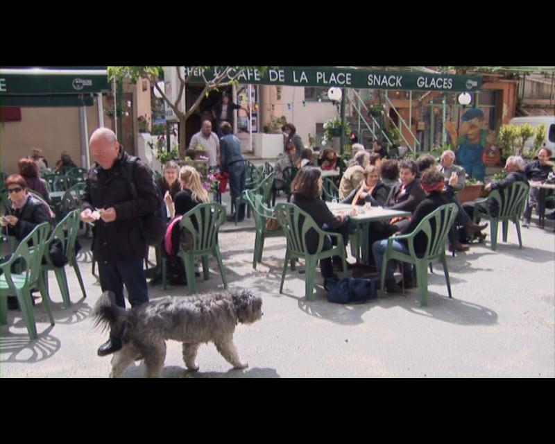 """Le café de la place à Lasalle, Festival 2010, extrait du film """"Par champs et contrechamps"""" © Vincent Mardelet 2011"""