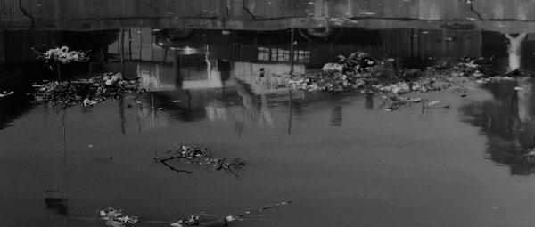 """Un cloaque dans """"l'enfer"""" de Yokohama (avec le reflet du kidnappeur)"""
